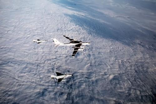 """Вот так и обеспечивался """"паритет""""... Ту-95 над нейтральными водами в сопровождении """"Фантомов"""""""