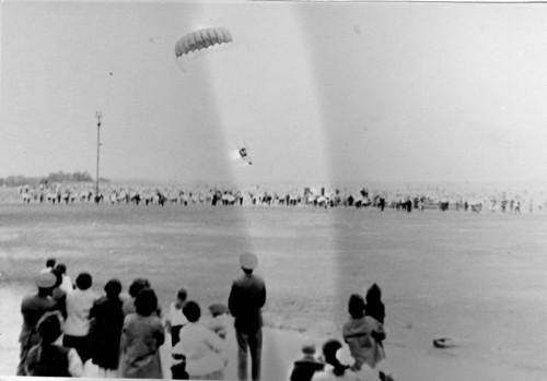 И прыжки с парашютом