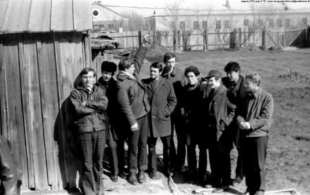 """Апрель 1971. 9 """"Б"""" класс. Урок труда - возле мастерских"""