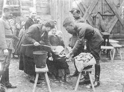 Сотрудники Американской помощи кормят детей во время голода 1921-1922 гг