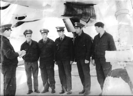 Командир корабля майор Орешкин Ю.М. перед полетами ставит задачу.  Справа: бортинженер Пресняков А.М.