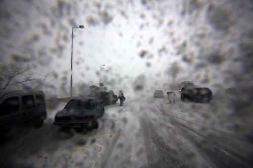 Ливанские драйверы торопятся помочь застрявшим на Бейрут-Дамаск шоссе во время снежной бури вблизи горного села Mdeirej. JOSEPH EID/AFP/Getty
